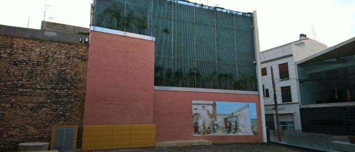 Jardín vertical y plaza en Silla